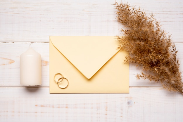 Briefpapier trouwringen op tafel