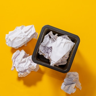 Briefpapiermand voor pennen met verfrommelde papieren ballen, conceptuele zoektocht naar ideeën, inspiratie. bovenaanzicht.