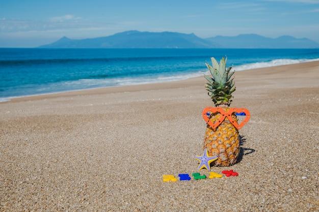 Brieven en ananas in het strand