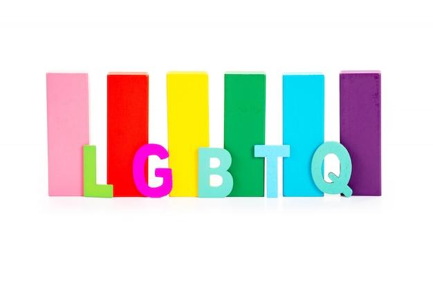 Brieven van lgbtq en kleurrijk houten blok. concept van lgbt-activisme.