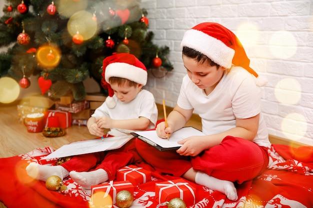 Brieven voor de kerstman, twee schattige broertjes die een brief schrijven