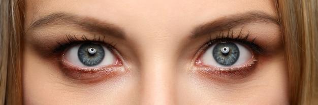 Brievenbusmening van vrij verbazende vrouwelijke ogen