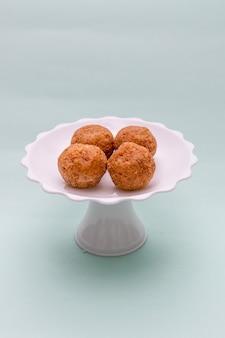 Brigadeiro de pacoca, een zeer populair snoepje gemaakt van pinda's en gebruikelijk in braziliaanse junifeesten.
