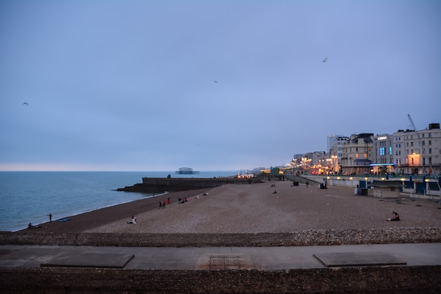 Brighton beach, brighton and hove, east sussex, engeland, uk 19 juli 2014, brighton strandboulevard en strandactiviteiten.