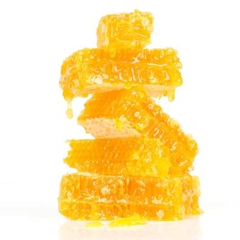 Briketten van honingraat op witte achtergrond. gezond eten