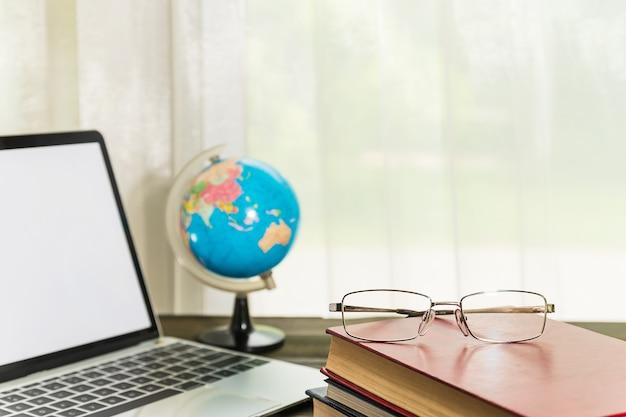 Bril en boek naast het raam