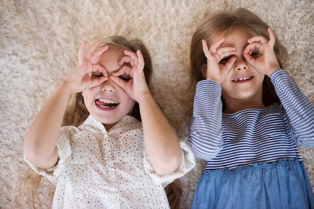 Bril gemaakt van kleine mensenhanden
