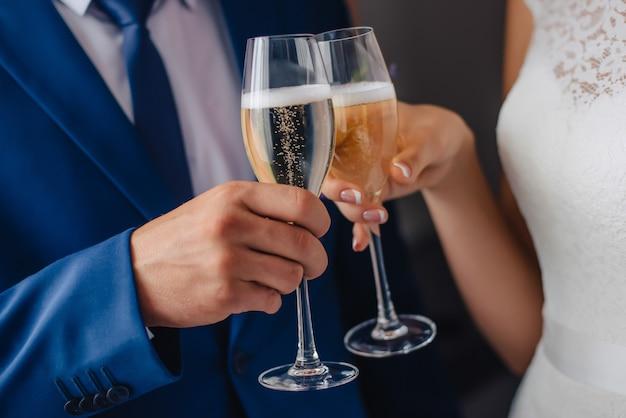 Bril in de handen van de bruid en bruidegom