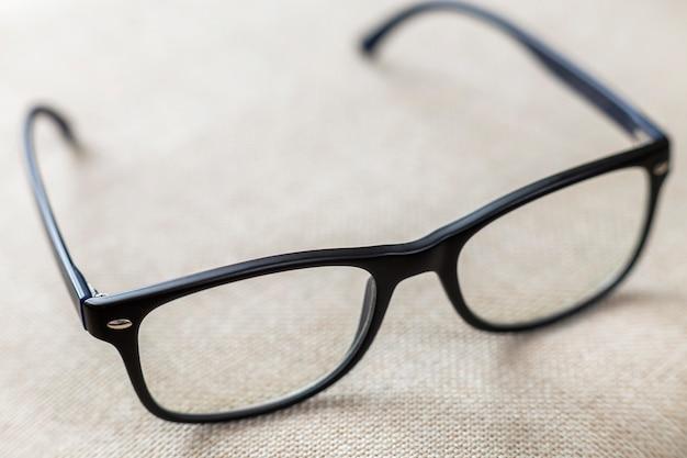Bril lezen, modieuze bril geïsoleerd
