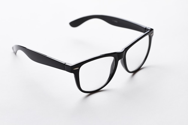 Bril met zwarte rand op witte achtergrond