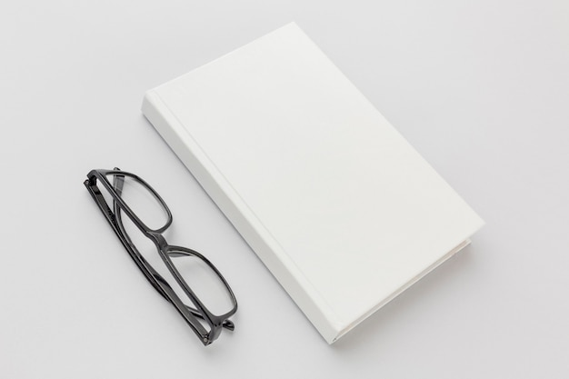 Bril naast boek