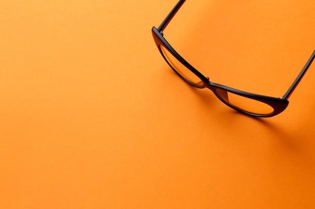 Bril op lege oranje achtergrond