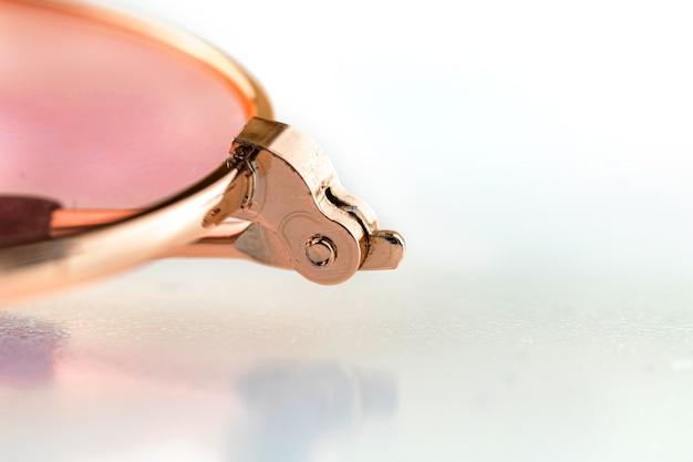 Bril reparatie, beugel mechanisme van brillen op witte achtergrond close-up