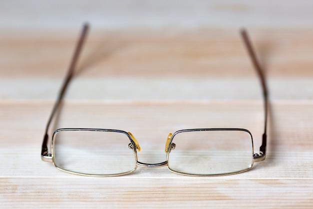 Bril voor ogen op een lichte houten achtergrond x