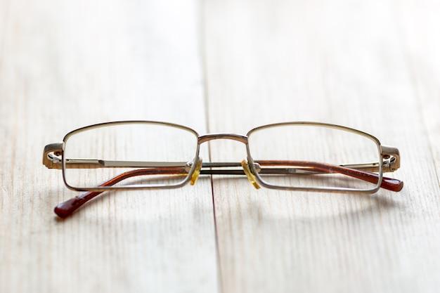 Bril voor ogen op een lichte houten achtergrond.