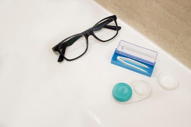 Bril voor zicht en contactlenzen in de container. visie concept