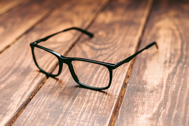 Bril voor zicht- en zichtcorrectie en bescherming tegen een computer met beschermhoes op de houten tafel