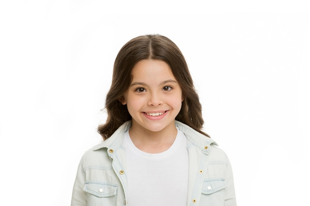 Briljante glimlach. kind charmante witte glimlach geïsoleerd witte achtergrond. kid meisje lang krullend haar vrolijk blij. meisje krullend kapsel schattig lachend gezicht. kid gelukkig zorgeloos genieten van de kindertijd.