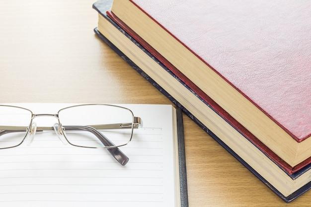 Brillen en notitieblok openen lege pagina