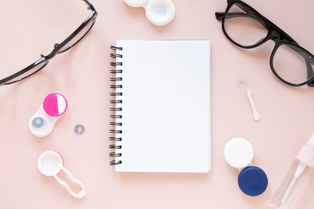 Brillen en optische objecten met notebookmodel