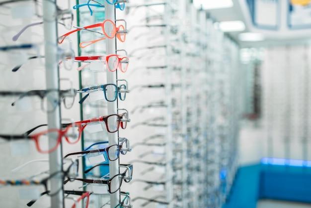 Brillen en zonnebrillen showcase in optische winkel