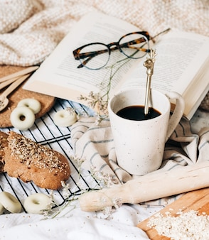 Brillen op de top van een boek rond voedsel
