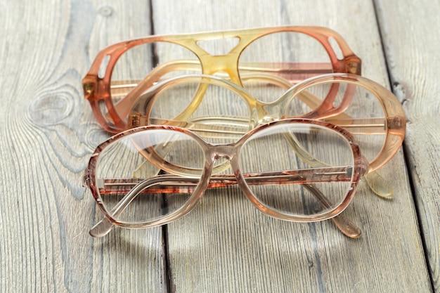 Brillen op houten tafel