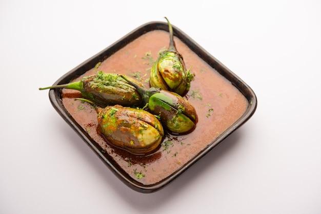 Brinjal curry ook bekend als pittige baingan of aubergine masala, een populair hoofdgerecht recept uit india geserveerd in een kom, karahi of pan