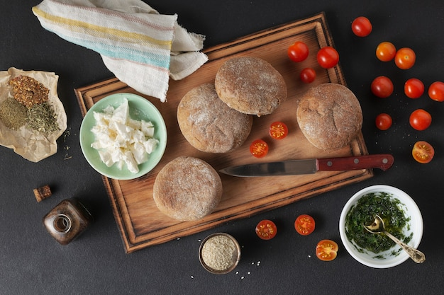 Brioche, pompoen, bruschetta, koolhydraatarm brood, sandwich, pesto pastasalade en bladerdeeg op snijplank