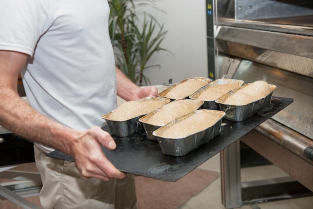 Brioches koken bij de patisserie