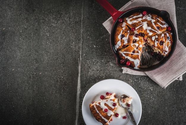 Brits engels traditioneel gebak. koekjes taart cranberry scones met sinaasappelschil, met zoete witte glazuur