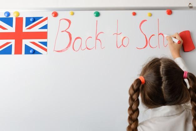 Brits jong meisje die op de raadsinschrijving schrijven terug naar school