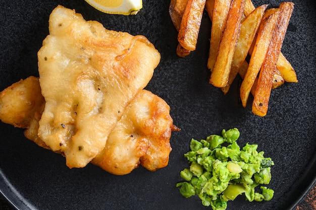 Britse fish and chips met gepureerde munterwten
