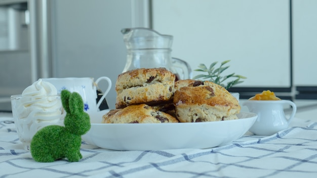 Britse scones met roomkaas, sinaasappeljam en een kopje koffie