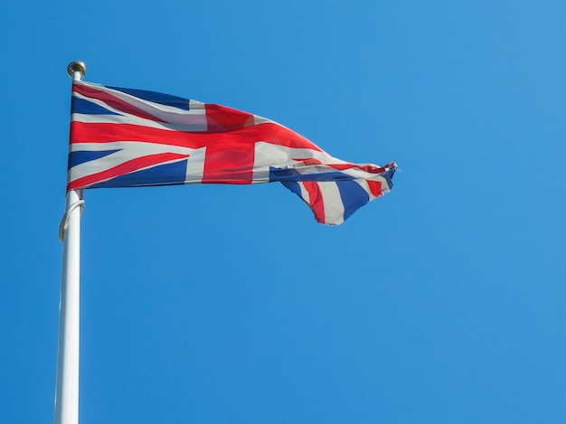 Britse vlag over blauwe lucht