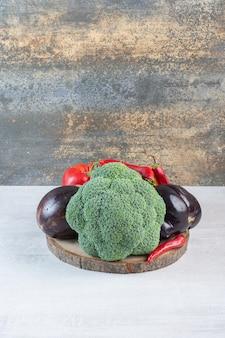 Broccoli, aubergines en paprika op houten stuk. hoge kwaliteit foto
