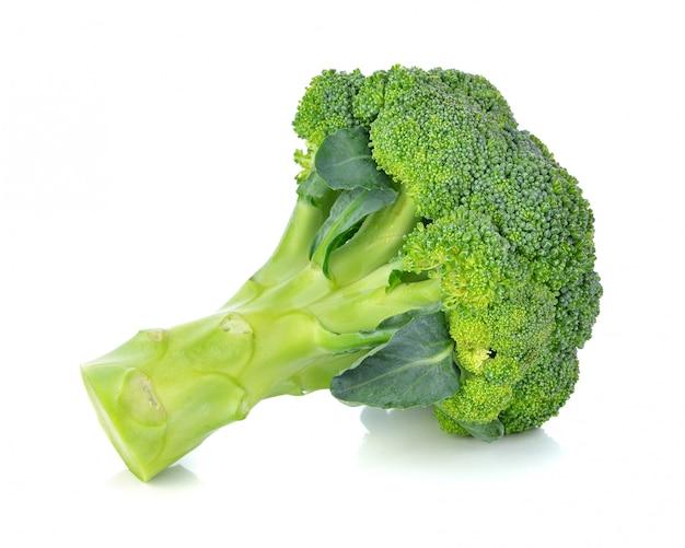 Broccoli die op wit worden geïsoleerd