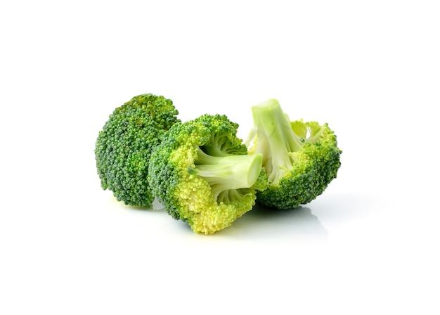 Broccoli die op witte achtergrond worden geïsoleerd