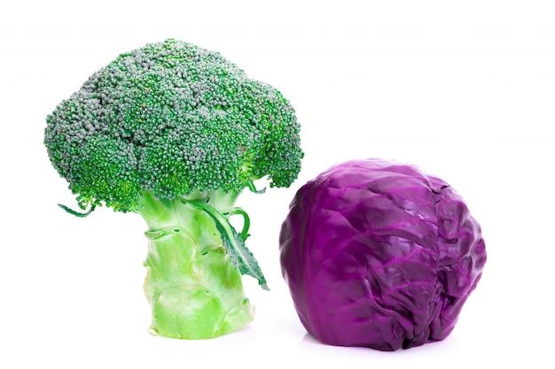 Broccoli en rode kool op witte achtergrond