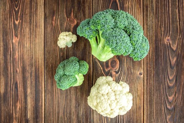 Broccoli geïsoleerd op houten achtergrond.