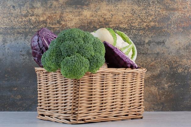 Broccoli, kool en radijs in houten kist. hoge kwaliteit foto