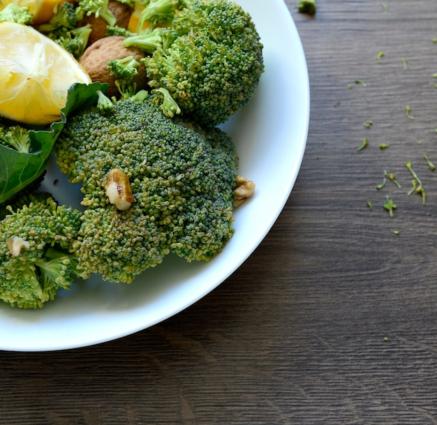 Broccoli met citroen en walnoten