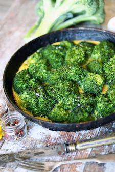 Broccoli omelet. verse zelfgemaakte frittata met broccoli. keto-dieet.