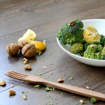 Broccoli op de keukentafel