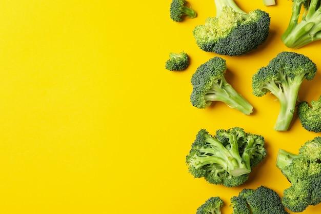 Broccoli op geel, bovenaanzicht. gezond eten