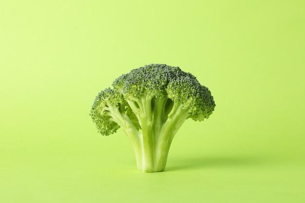 Broccoli op groen oppervlak, ruimte voor tekst. gezond eten