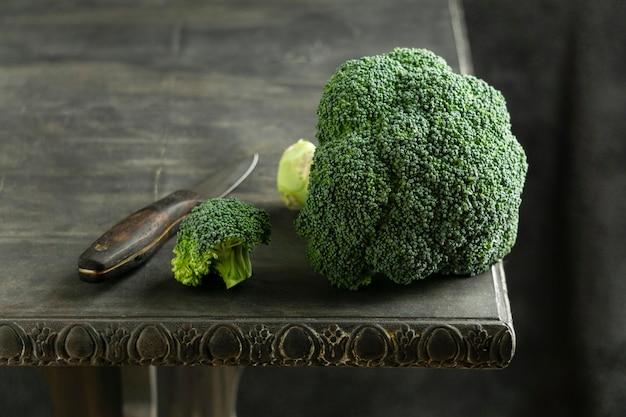 Broccoli op tafel hoge hoek