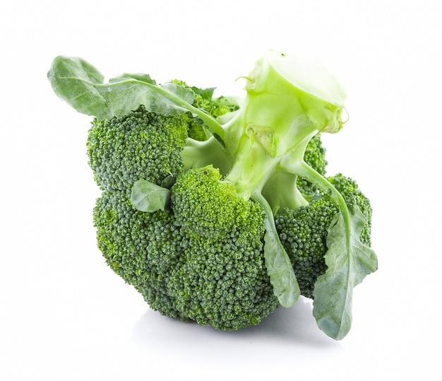 Broccoli op wit worden geïsoleerd dat