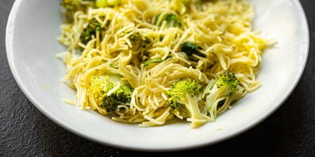Broccoli pasta fijne vermicelli tweede gang geen vlees verse maaltijd snack op tafel kopieer ruimte eten