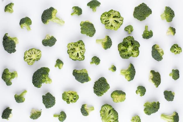 Broccoli patroon geïsoleerd op een witte achtergrond. diverse meerdere delen van broccolibloem. bovenaanzicht.